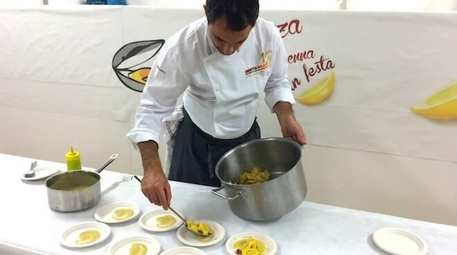 Matteo Salbaroli prepara il suo assaggio di cozze