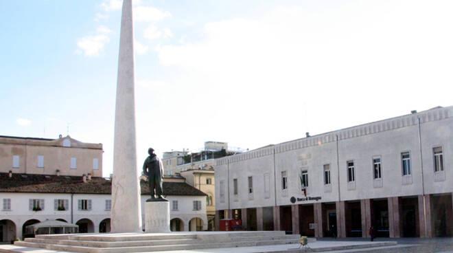 Il monumento di Baracca e la sede della Fondazione Cassa di Risparmio e Banca del Monte di Lugo