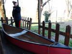 La canoa sulla quale si trovava Cristiano Fini. Mai persa di vista, è stata ora tirata in secca (Foto Corelli)