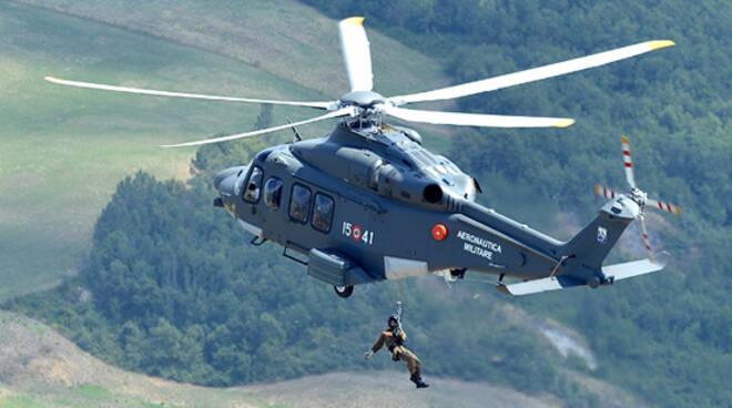 Personale aerosoccoritore al verricello dell'HH-139