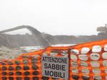 I lavori in corso sull'arenile ora adeguatamente segnalati (Foto Zani)