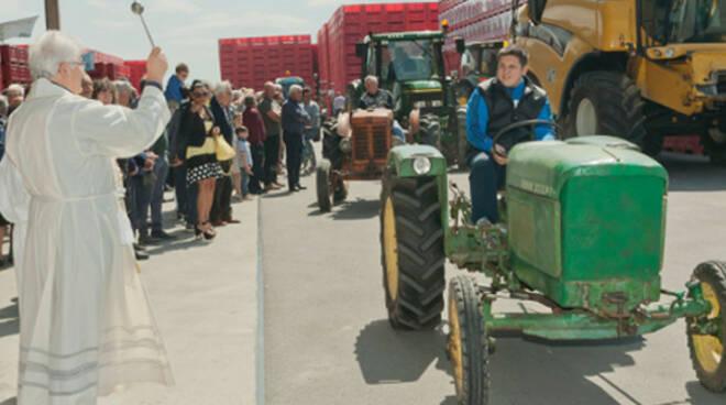 La cerimonia di benedizione dei trattori
