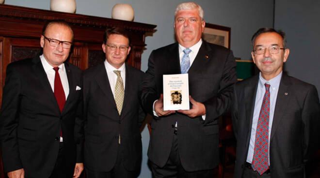 Da sx il presidente del Circolo Beppe Rossi, l'autore Giovanni Gualtieri e gli storici Roberto Balzani e Dante Bolognesi (foto Corelli)