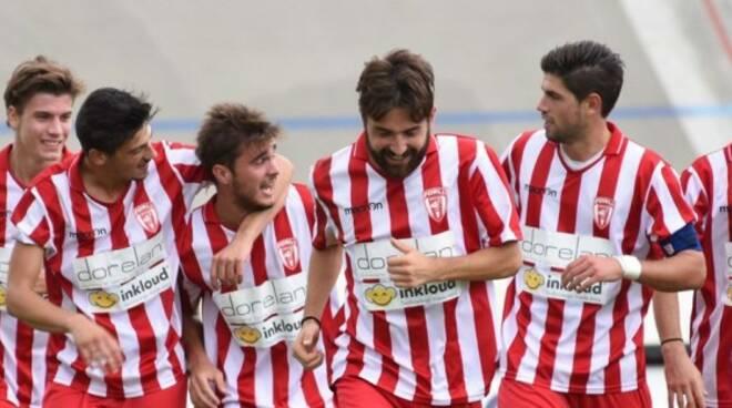 I giocatori del Forlì festeggiano: il successo a Imola li proietta al 3° posto (con una gara da recuperare)