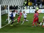 Il pallone colpito di testa da Ragusa si insacca: è il momento decisivo di Cesena-Pescara