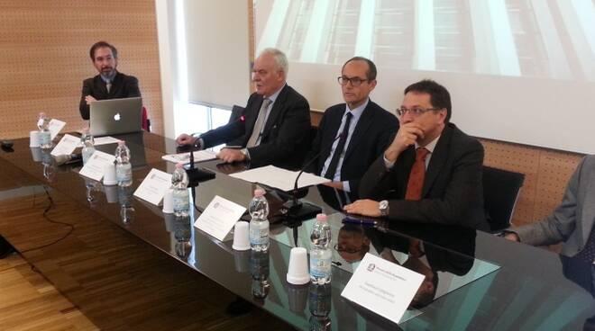 Il procuratore capo di Forlì, Sergio Sottani (al centro), mentre presenta i dati del bilancio sociale