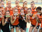 """Le ragazze della Volley 2002 con i """"baffi"""" simbolo della campagna"""