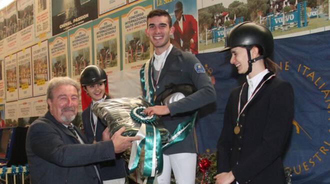 il podio del Campionato Junior vinto da Filippo Lafiata. Premia Ruggero Sassi, presidente Fise Emilia Romagna