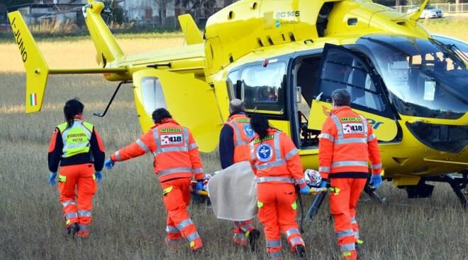 I sanitari di Romagna Soccorso stanno caricando sull'elimedica il ferito per portarlo al 'Bufalini' di Cesena (foto Migliorini)