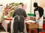 """Si lavora il maiale per la """"Festa"""" - foto associazione Torre"""