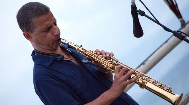 Gianni Gebbia con il suo sax, è considerato uno dei massimi rappresentanti dell'improvvisazione in solo