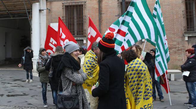 Il presidio di ieri di fronte alla Prefettura di Ravenna