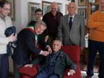 Il vicesindaco appunta sul petto di Odo Buratti la medaglia celebrativa dell'Unità d'Italia