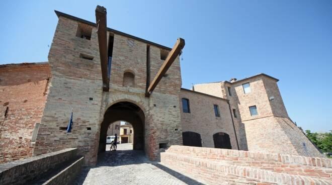La porta d'ingresso al borgo di Mondaino, uno dei tre comuni della Valconca che hanno richiesto la fusione