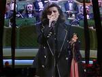 Laura Pausini sul palco dell'Ariston e, alle spalle, la cantante nel 1993