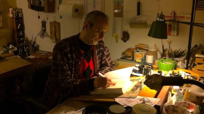 Davide Reviati nel suo studio