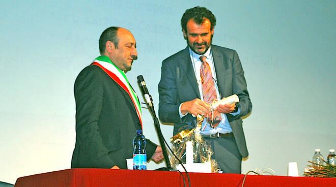 il sindaco, Giorgio Frassineti consegna la pergamena al professor Alessandro Talamelli - foto Comune di Predappio