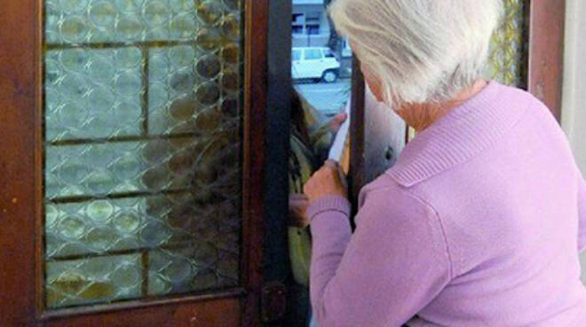 Le truffe nei confronti di persone anziane sono sempre all'ordine del giorno (foto di repertorio)
