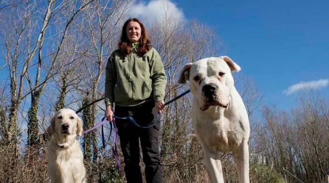 Serena Giorgetti, educatrice cinofila, insieme a due cani