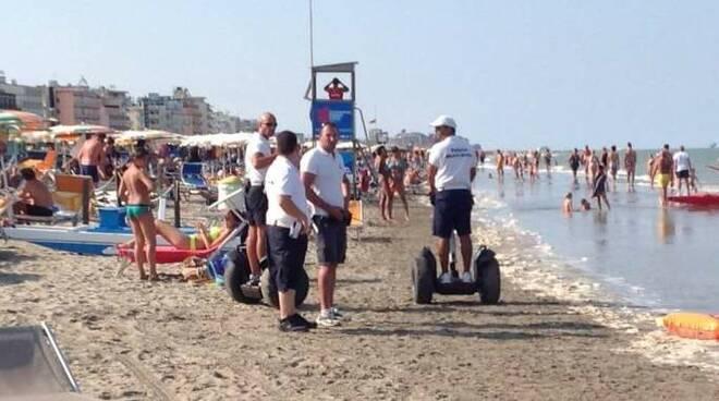 La foto della Polizia Municipale sulla spiaggia di Cervia postata dal segretario della Lega, Matteo Salvini