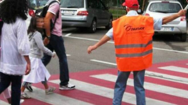 Un 'nonno vigile' in azione (foto di repertorio)