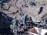 I militari mentre ricoprono la bomba