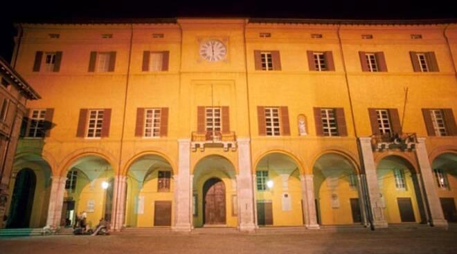 Il Comune di Cesena con il suo loggiato dove sono situati i locali ex Iat (foto d'archivio)