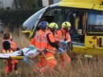 L'uomo ferito mentre viene caricato sull'elimedica dal personale del 118 (foto Blaco)