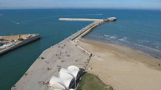 Imboccatura porto Rimini (foto di Cicciotto, creative commons)