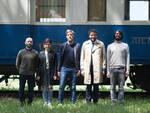 La troupe di Intercity di fronte al Treno della libertà e del progresso