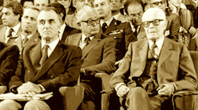 Oddo Biasni (a sx) seduto a fianco del presidente Sandro Pertini - foto Regione E-R