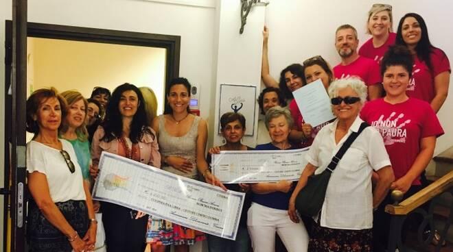 La cerimonia di consegna dei due maxi-assegni simbolici al Centro Donna di Cesena