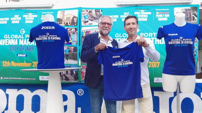 Mirko Annibale di Joma e Stefano Righini di Ravenna Runners Club mostrano la T-shirt