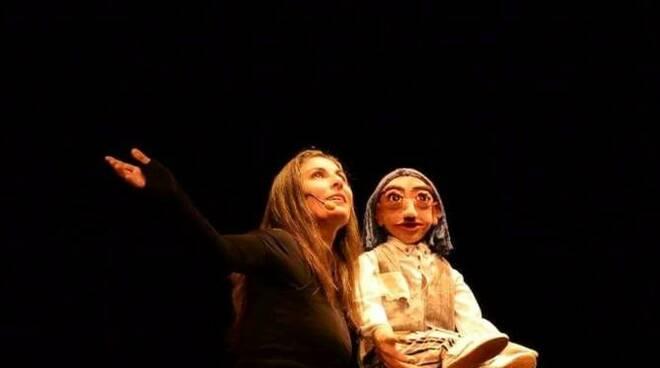 """Daria Paoletta, bravissima burattinaia e narratrice, in scena con """"Il fiore azzurro"""""""