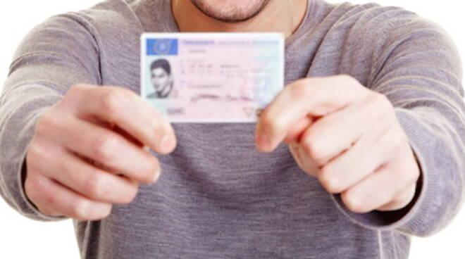 Barare all'esame per la patente di guida è costata una denuncia per tutta a un marocchino residente a Forlì