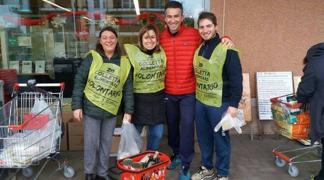 I volontari della colletta alimentare davanti alla Coop di Mezzano nelle scorse edizioni dell'iniziativa
