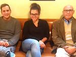 Da sinistra: Marco Incensi, Martina Nocella e Ivano Mazzani sul divano del Grinder Coffee Lab a Ravenna