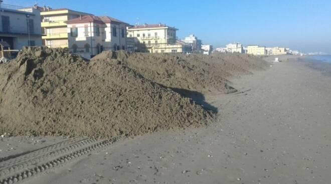 La sabbia posata per il ripascimento della spiaggia a Viserbella