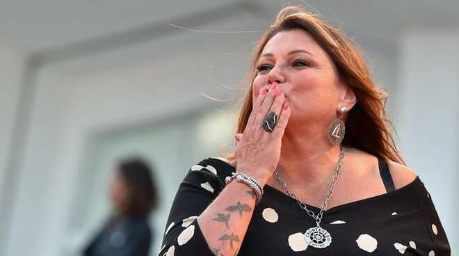 Serena Grandi, 59 anni, rinviata a giudizio per il fallimento nel 2015 della società 'Donna serena srl' a Rimini