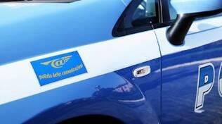 Un'auto di servizio della divisione reati della comunicazione della Polizia di Stato