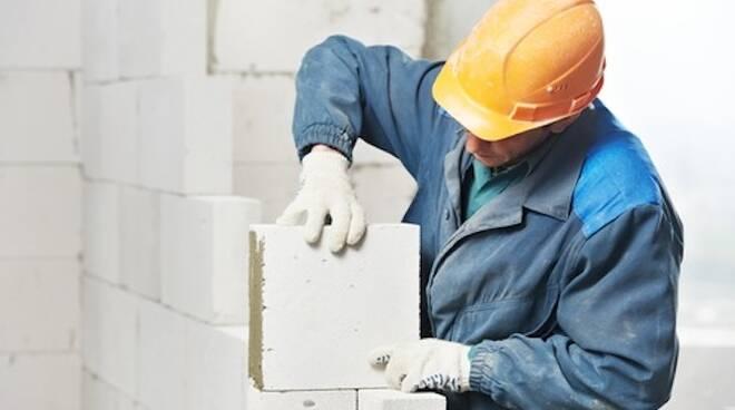 Edilizia, trasporto, commercio e manifatturiero sono tra i settori in cui prolifera il lavoro nero (foto di repertorio)