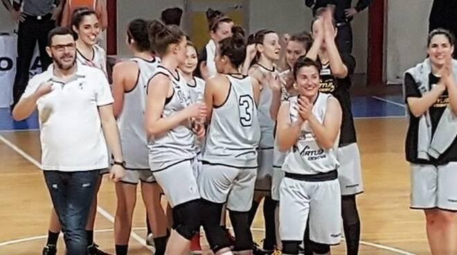 Le ragazze della Siropack Nuova Virtus Cesena dopo la vittoria con Forlì