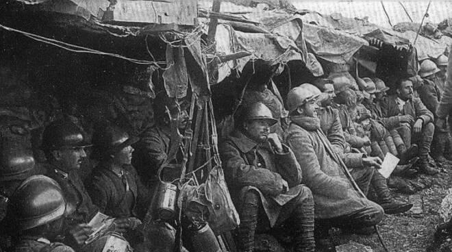 Militari in trincea durante la Prima guerra mondiale