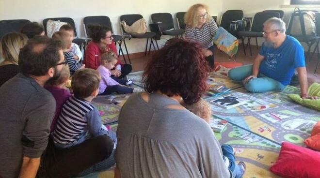 Un momento delle letture per bambini alla Biblioteca Ceccarelli di Gatteo