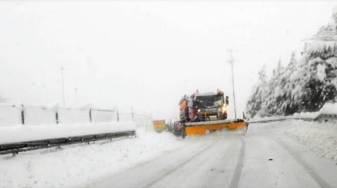 I mezzi spartineve sono in azione lungo tutta la Strada statale 3bis E45