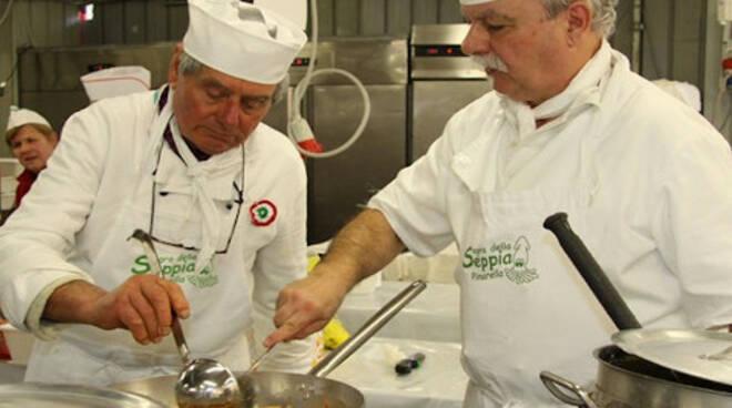 I volontari dell'associazione in cucina. Foto, sagradellaseppia.it