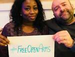 La foto con cui Andrea Maestri e sua moglie Fatou rilanciano la campagna