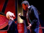 "Una scena de ""Il mondo non mi deve nulla"" con Pamela Villoresi e Claudio Casadio"