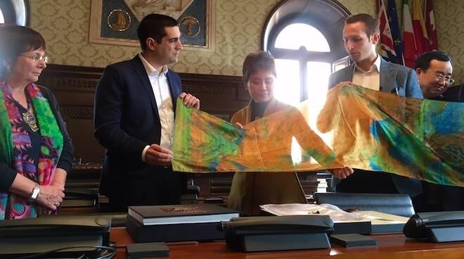 """La sciarpa in seta con una riproduzione del dipinto """"A Thousand Miles of Rivers and Mountains"""""""
