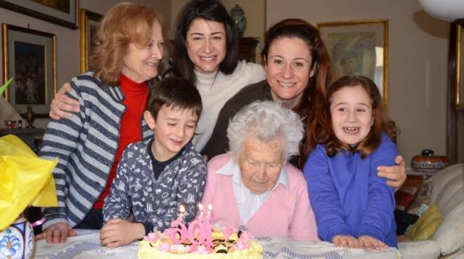 Teresa Visani con la figlia, le nipoti e due pronipoti